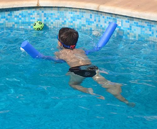 Peque nadando con churro 1