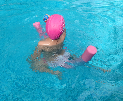 Peque nadando con churro 2