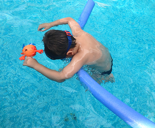 Peque nadando con churro 3